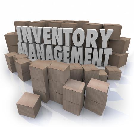 Voorraadbeheer woorden in 3d letters omgeven door kartonnen dozen vol met producten in een magazijn of opslaggebied voor logistiek of supply chain controle te illustreren Stockfoto