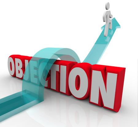 obstaculo: Objeción palabra en letras 3d y un hombre que salta sobre ella en una flecha para ilustrar la superación de un reto, el rechazo o desaprobación Foto de archivo