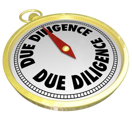 compromisos: Palabras de Due Diligence en un comp�s de oro que muestra la importancia de la investigaci�n de antecedentes financieros, activos, pasivos y valor total de una compra empresa o fusi�n