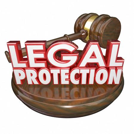protección: 3d Protecci�n Legal palabras con martillo de madera para ilustrar el juicio ley representada por un abogado o un abogado Foto de archivo