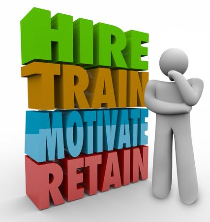 empleados trabajando: Contratar, capacitar, motivar y retener palabras 3d al lado de un pensador para ilustrar las pr�cticas de recursos humanos para mejorar la satisfacci�n y retenci�n de empleados