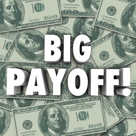 Palabras Payoff grandes en letras 3d en una pila de billetes de cien dólares en moneda estadounidense o el dinero como un premio mayor, resultado, resultados, recompensa o arreglo