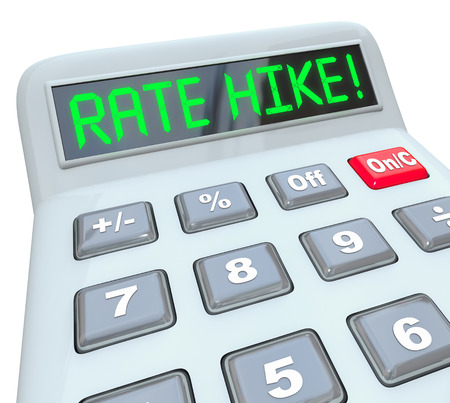 tomar prestado: Palabras alza de la tarifa en letras verdes en una pantalla de la calculadora para ilustrar aumento de los costos de inter�s en los pr�stamos de dinero en un pr�stamo, hipoteca o financiaci�n