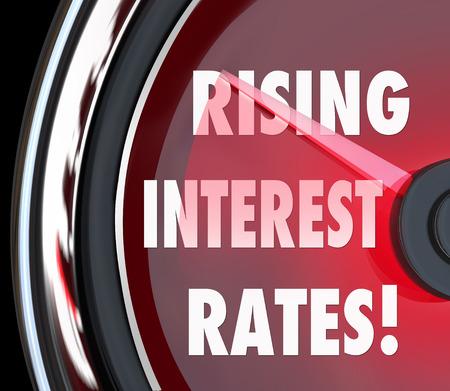 tomar prestado: El aumento de Tasas de Inter�s palabras en un veloc�metro o calibre para ilustrar costos m�s altos para los pr�stamos de dinero en un financiamiento hipotecario o pr�stamo Foto de archivo