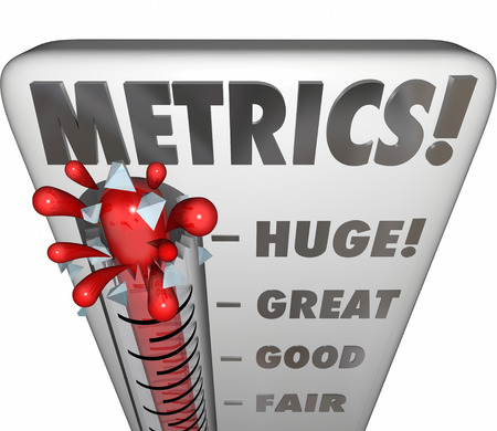 Metrics Wort auf einem Thermometer messen oder Messung der Leistung oder Ergebnisse einer Marketing-Kampagne, Unternehmensprojekt, Mission, Ziel oder Ziel Standard-Bild