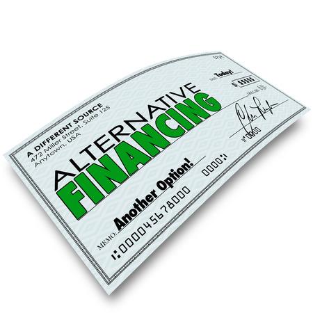 tomar prestado: Palabras financiaci�n alternativa en un cheque para ilustrar una fuente o un banco diferente para el endeudamiento o pr�stamo de dinero necesario para una hipoteca de la casa, negocio, coche u otra compra importante