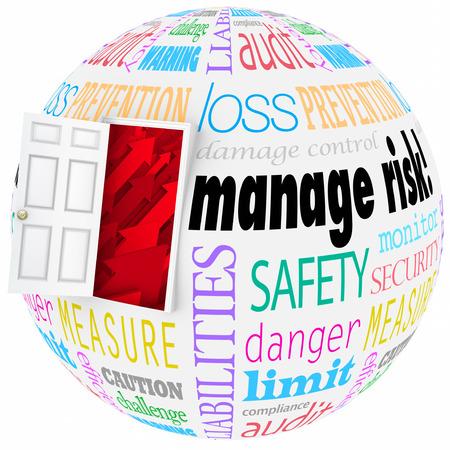 gestion empresarial: Administrar palabras de riesgo en un globo o esfera con la puerta abierta para ilustrar la reducci�n de la probabilidad de problemas, peligros o riesgos