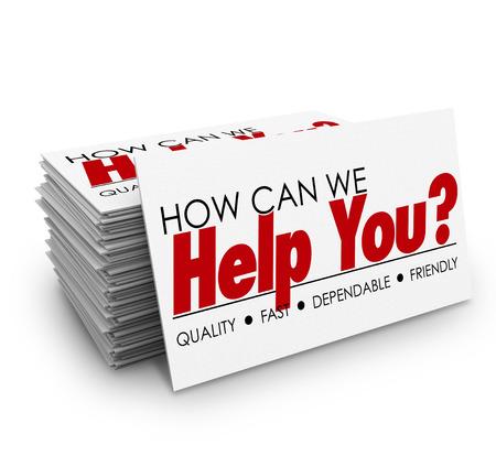 Comment pouvons-nous vous aider mots sur une pile de cartes de visite pour illustrer un excellent service à la clientèle, attention et de soutien