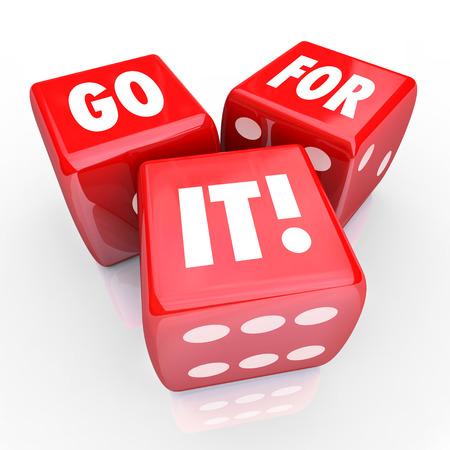 Go For It woorden op drie rode dobbelstenen om te illustreren nemen van een kans, het spelen van de kansen, gokken, het maken van een riskante zet of het hebben van een positieve houding ten opzichte van een missie of doel te bereiken