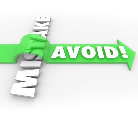 Evite palabras Mistake en letras 3d y una flecha verde sobre la palabra para ilustrar la prevención de un problema, el error, la dificultad o inexactitud Foto de archivo