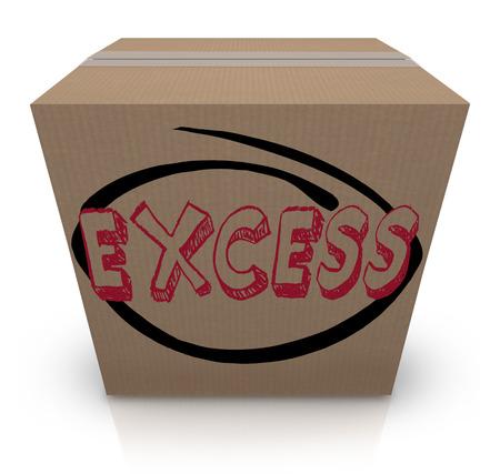 inventario: El exceso de la palabra escrita en una caja de cartón para ilustrar demasiada oferta, inventario extra o exceso de existencias de bienes o mercancías en una tienda, almacén o bodega