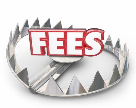 Vergoedingen word in het rood 3D-letters op een stalen bear trap met puntige tanden te illustreren of te waarschuwen u van te late betaling boete ten laste van uw account met een hoge rente als een boete Stockfoto - 40336556