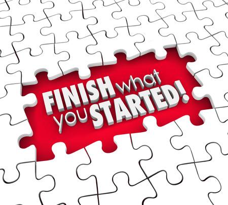 compromiso: Termina lo que empiezas palabras 3d en pieza del rompecabezas agujero para ilustrar una meta, objetivo o misión para completar o el compromiso o la determinación en el logro de trabajo o tarea
