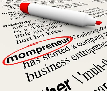 trabajando: Palabra Mompreneur círculo en un diccionario con palabras explicando definición de la madre trabaja en el país como empresario en un nuevo inicio de negocios