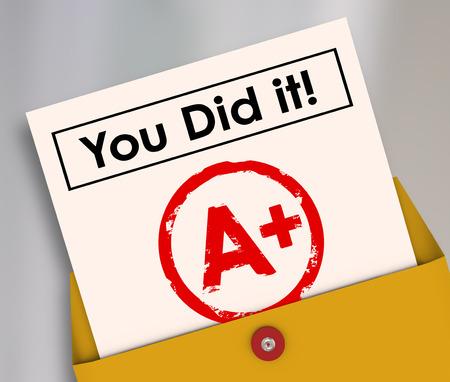 informe: Lo hiciste palabras en una tarjeta de informe para ilustrar un grado grande, puntuación, calificación o el resultado de una clase, examen, prueba o capacitación Foto de archivo