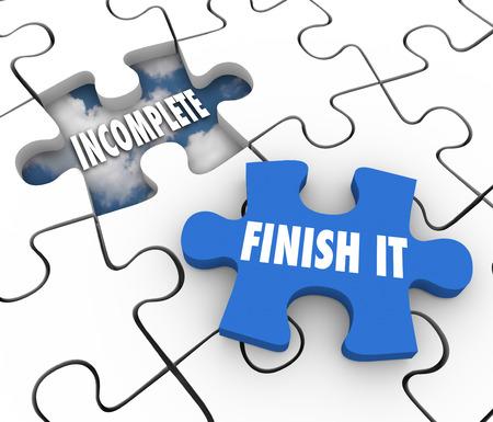 empezar: Terminarlo palabras en una pieza de puzzle azul y un orificio incompletos o sin terminar para ilustrar un trabajo que aún no se ha envuelto o hecho Foto de archivo