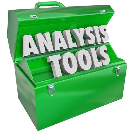 tool: Analysewerkzeuge Worte in 3D-Buchstaben in einer grünen Metall Toolbox zur Messung, Bewertung, Prüfung und Berücksichtigung einer Person, Gesellschaft oder Daten veranschaulichen,