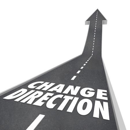 Richting veranderen, natuurlijk, route, of nieuwe visie voor het verplaatsen naar voren of de voortgang met woorden op een straat of wegverharding