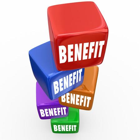 Mot de prestations sur des blocs ou des cubes pour illustrer les avantages ou les incitations d'un emploi ou d'occasion Banque d'images