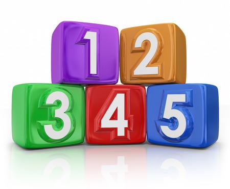 5 vijf bouwstenen of speelgoed tellen kubussen voor basiselementen of beginselen illustreren door middel van onderwijs, het leren en onderwijs