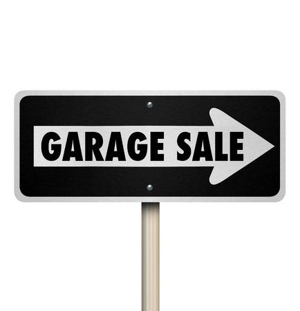 Garage Sale Signalisation routière pointant manière ou d'une direction à une fouiller, en mouvement, pelouse ou la revente événement dans une communauté ou un quartier Banque d'images - 43224913