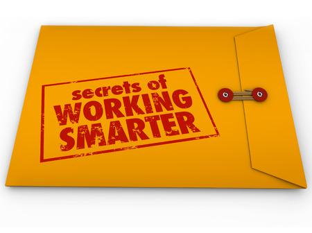 Geheimen van Slimmer Werken hoe te adviseren in het geel geheime of vertrouwelijke envelop voor het leren van de productiviteit en efficiëntie life hack tips of workflow systemen Stockfoto