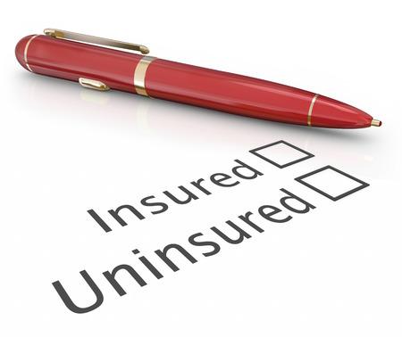 seguro: Asegurado o pregunta sin seguro y pluma para casilla de verificación para responder si está cubierto por una póliza de seguro para el uso médico, auto, dueño de una casa o la protección de la vida Foto de archivo