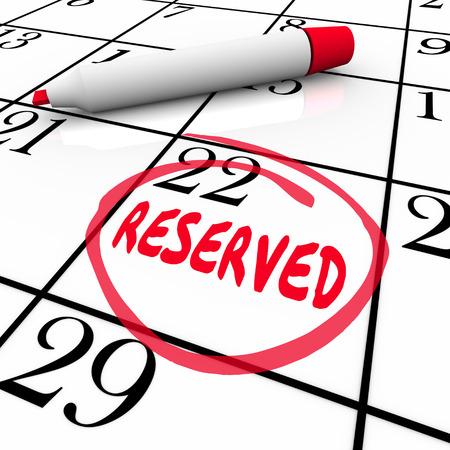 Gereserveerde woord geschreven en omcirkeld op een kalender dag of datum als een herinnering aan uw geplande afspraak of reservering te onthouden