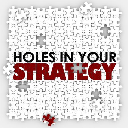 liderazgo: Agujeros en Sus palabras de estrategia en un rompecabezas con piezas que faltan para illsutrate deficiente, mala o pobre liderazgo, gestión o planificación