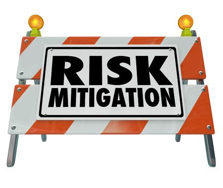 gestion empresarial: Palabras de Mitigación de Riesgos en una barrera de la construcción de carreteras o la señal de advertencia de peligro de lesión y la protección o prevención de las demandas Foto de archivo