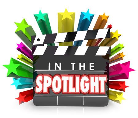 Im Rampenlicht Wörter auf einem Film Clapper Board zu illustrieren Anerkennung oder Anerkennung für eine besondere Person mit einer Auszeichnung oder das Profil