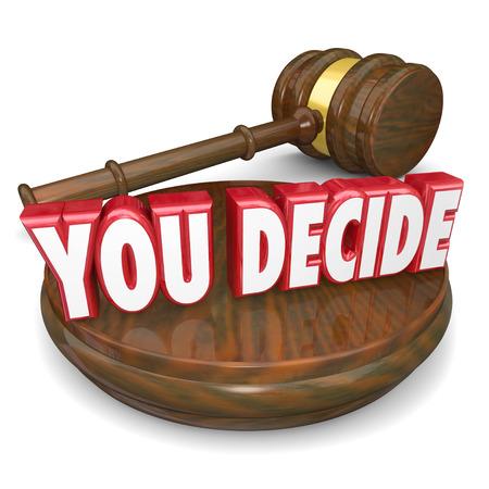determining: Usted decide palabras en un bloque de martillo y madera para ilustrar su decisi�n, el juicio, la elecci�n o selecci�n Foto de archivo