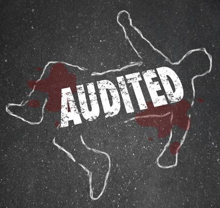 auditoría: palabra auditado en un esquema de tiza de un cadáver que ilustra una revisión contable temido o mala contabilidad del negocio de las finanzas Foto de archivo