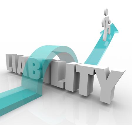 responsabilidad: palabra responsabilidad y corredor de flecha sobre las letras 3d para ilustrar la responsabilidad legal o dificultad de evitar o superar