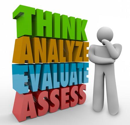 pensador: Piense Analizar Evaluar Evaluar palabras 3d al lado de una persona de pensamiento o pensador para ilustrar los pasos de an�lisis, valoraci�n y evaluaci�n Foto de archivo