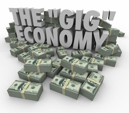 De Gig Economy woorden omringd door stapels geld om te illustreren het verdienen van geld of inkomsten door te gaan taak aan taak het vinden van werk op freelance of zelfstandige basis Stockfoto