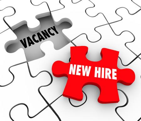 赤パズルの新しい雇う言葉ピースの穴を埋めるまたはあなたのスタッフや従業員の位置を開く 写真素材
