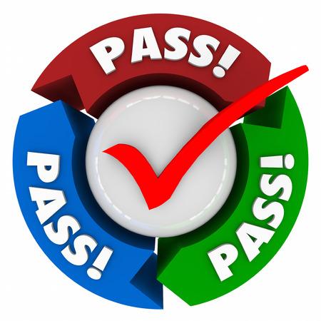 Palabra de paso en las flechas en torno a una marca de verificación para ilustrar que ha pasado la prueba o recibió buena puntuación o grado aceptado o aprobado en la inspección o evaluación Foto de archivo