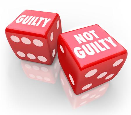 dados: Palabras Guilty culpable o no de dos dados rojos para ilustrar ser condenado o absuelto en un tribunal de justicia en el juicio de un jurado o juez en el juicio Foto de archivo