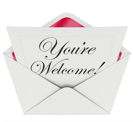 gratefulness: Eres palabras de bienvenida en fuente de la escritura escrito en una carta o nota en un sobre abierto para ilustrar, transmitir o comunicar reconocimiento o agradecimiento