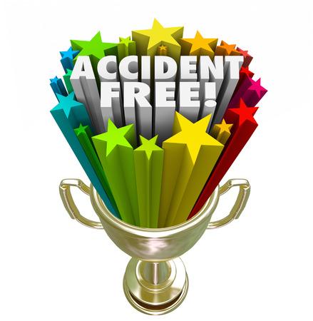 reconocimientos: Accidentes palabras gratis en letras 3d en un trofeo de oro, premio o recompensa para ilustrar la parte superior o mejor historial de seguridad Foto de archivo
