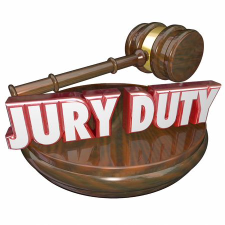 jurado: Servicio de Jurado en letras rojas 3d al lado de un martillo juez para ilustrar la responsabilidad legal para llevar a cabo su obligación cívica al sentarse para decidir la culpabilidad o la inocencia en un juicio