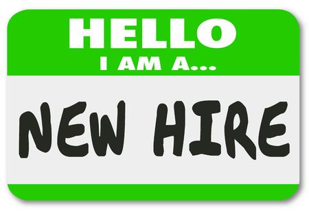 Bonjour, Je suis un nouveau mots Hire écrit sur un autocollant nametag vert pour un employé de recrue ou de nouveaux talents juste ajouté à l'équipe Banque d'images
