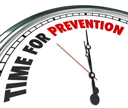 Tiempo de las palabras de prevención sobre una esfera de reloj para ilustrar medida de seguridad o procedimiento para evitar el peligro o riesgo