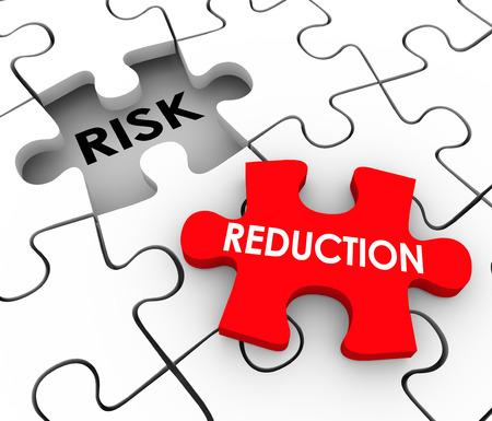 palabras de reducción de riesgos en las piezas del rompecabezas para ilustrar una solución o mitigación de peligro, la responsabilidad o lesión Foto de archivo