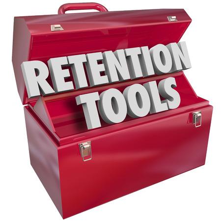 Retention Werkzeuge Wörter in einem roten Metall-Toolbox bieten Ressourcen, Tipps oder Ratschläge für das Halten oder Festhalten an Kunden, Mitarbeiter oder Publikum Standard-Bild