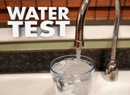 source d eau: Test de l'eau des mots 3d et un robinet d'évier versant un verre de clair, propre, sûr de boire du liquide dans un verre