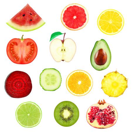 verse plakjes van groenten en fruit op een witte achtergrond Stockfoto