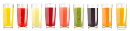 白い背景の上のガラスのフルーツ ジュース