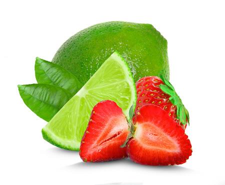 fresa: limón y fresa aislados en fondo blanco
